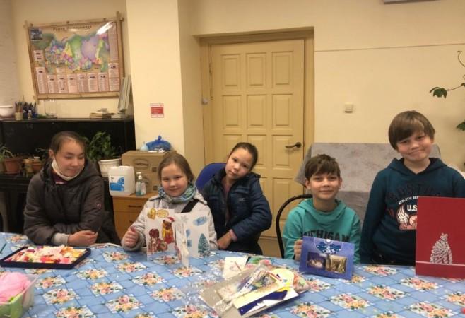 Воспитанники воскресной школы готовятся к конкурсу рождественских открыток