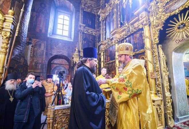 Медикам и священнику, трудящимся в красной зоне, вручили патриаршие награды