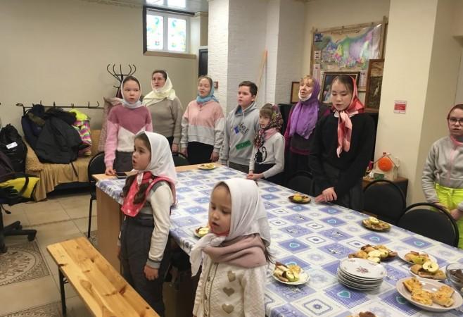 На занятии в воскресной школе детям рассказали о заповедях Божиих